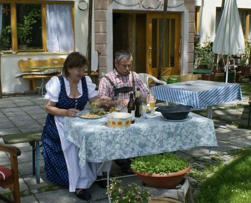 Ferienwohnung-Pension Berghof - Essen im Garten