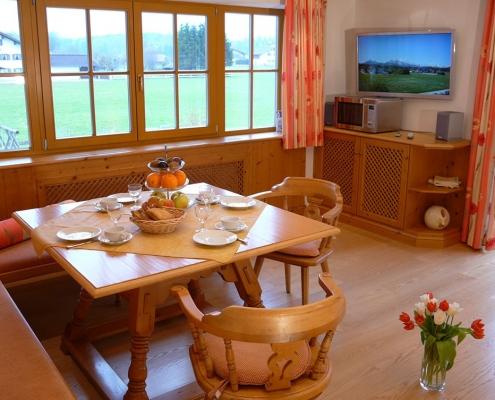 Gästehaus -Bayern - Ferienwohnung Esterberg Wohnzimmer mit Essecke