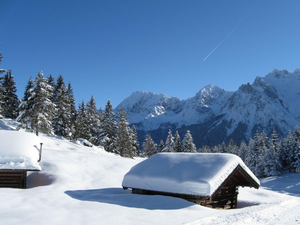 Verschneiter Holzstadel im Karwendel