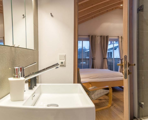 Ferienhaus Alpenblicke Schlafzimmer mit Bad im Obergeschoss