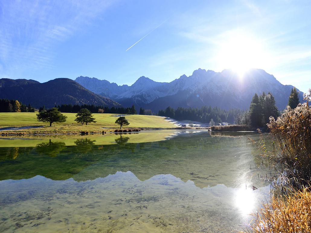 Der Schmalensee zwischen Krün und Mittenwald in der Alpenwelt Karwendel