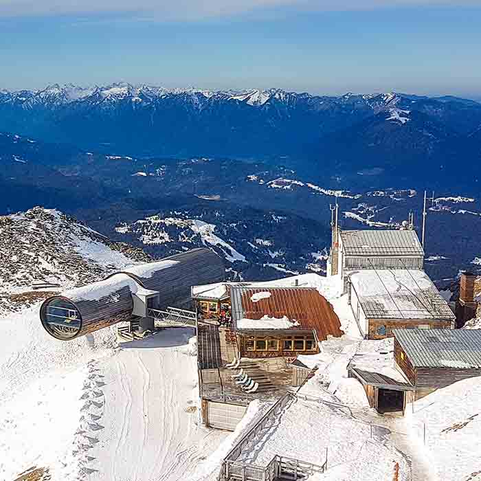 Karwendelbahn Bergstation mit Museum in Fernrohrform